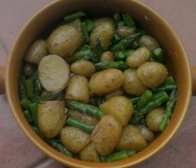 Garlicky new potato and asparagus salad with mint and lemon